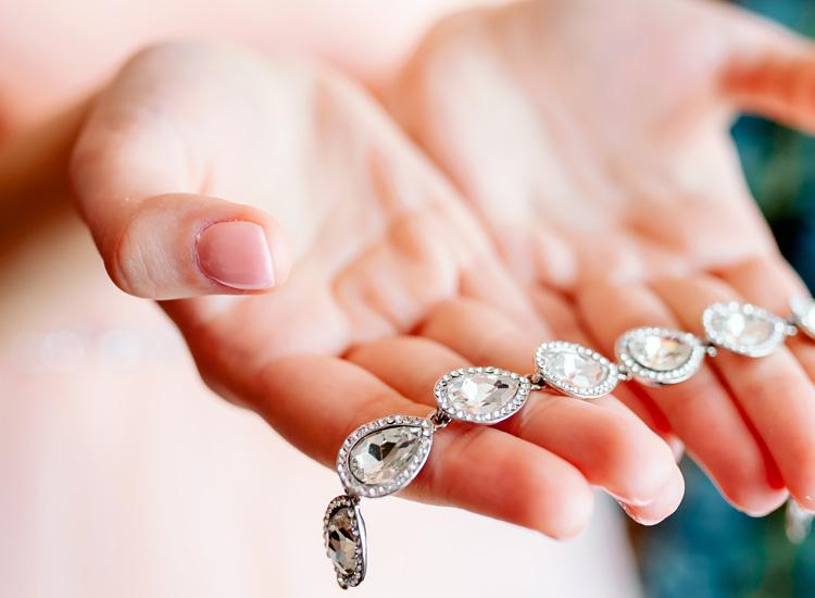 zilveren armband geven met handen