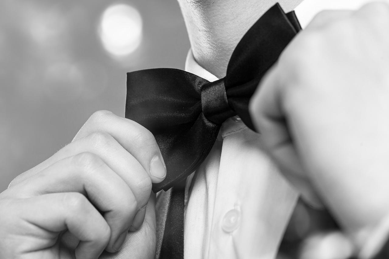 Een smoking met vlinderstrik hip huwelijksfeest