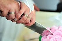 Aansnijden van de bruidstaart; hèt moment