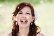 "Bruidje lacht, bij ""ja woord"""