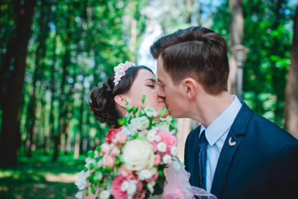 bruidspaar_kussend_bos