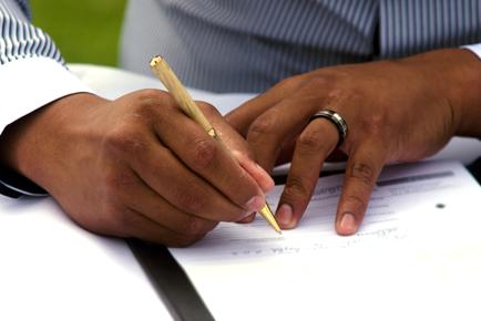 trouwambtenaar_handtekening_zetten
